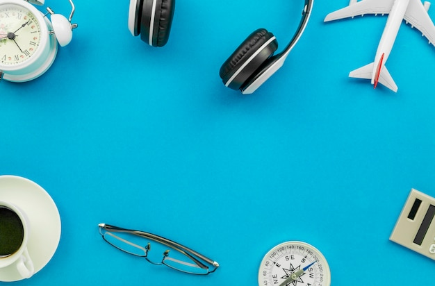 Reisegegenstände auf blauem hintergrund Premium Fotos