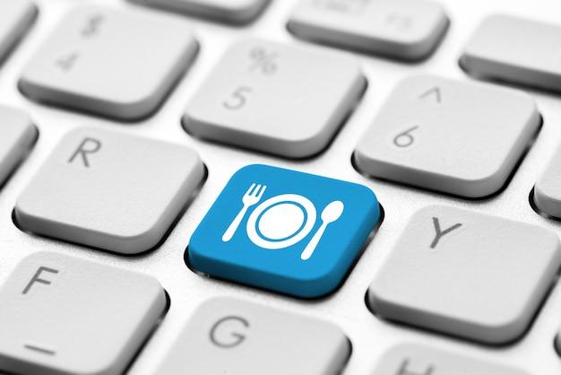 Reiseikone auf computertastatur für on-line-anmeldungskonzept Premium Fotos