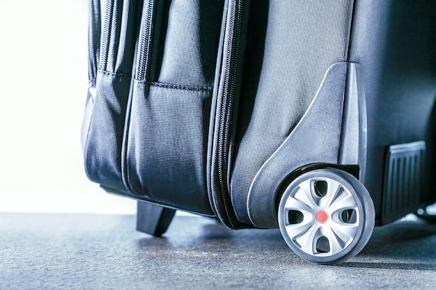 Reisekoffer. aktiv und reise lifestyle-konzept. Premium Fotos