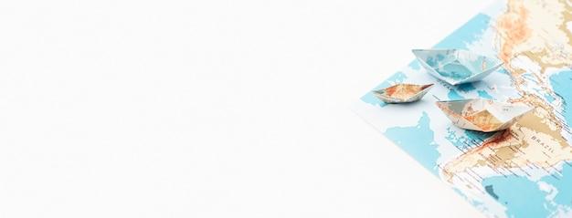 Reisekonzept mit papierbootrahmen Kostenlose Fotos