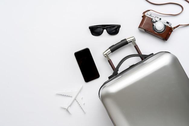Reisekonzept von der draufsicht mit gepäck und flugzeug Premium Fotos