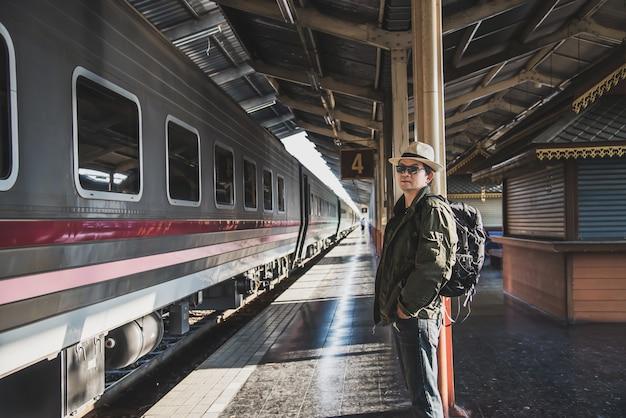 Reisemann-wartezeitzug an der plattform - leuteferienlebensstiltätigkeiten am bahnstationstransportkonzept Kostenlose Fotos