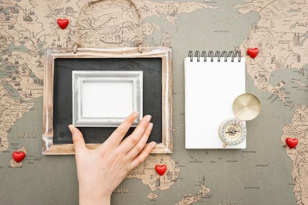Reisen Hintergrund mit der Hand einen Rahmen platzieren Kostenlose Fotos
