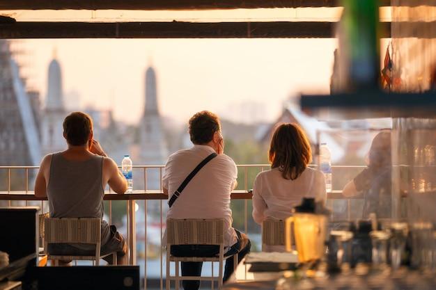 Reisende, die genießen, betrachten ansichtsonnenuntergangzeit. Premium Fotos