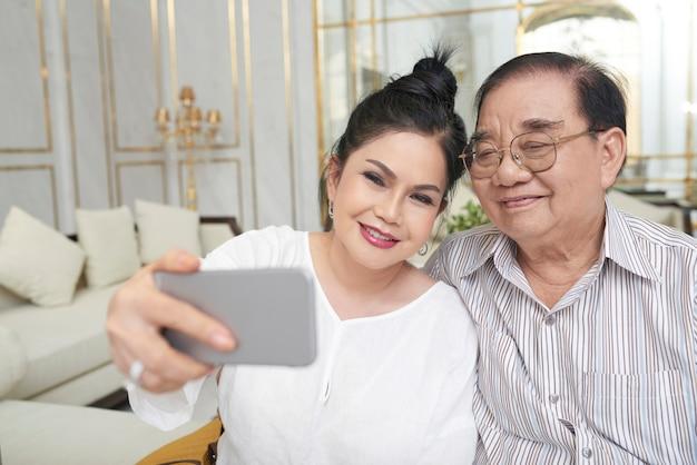 Reisende, die selfie nehmen Kostenlose Fotos
