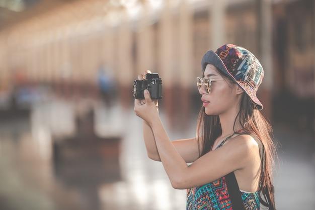 Reisende fotografieren paare, während sie auf züge warten. Kostenlose Fotos