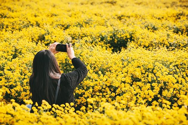 Reisende frau im blumengarten Premium Fotos