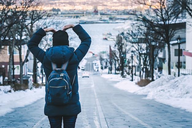 Reisende frau in japan wintersaison Premium Fotos