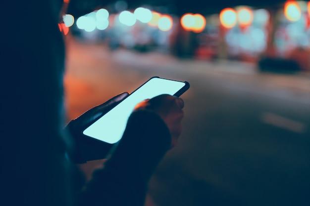 Reisende frau mit handy in der nacht Premium Fotos