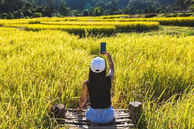 Reisende frau mit handy Premium Fotos