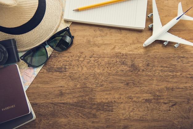 Reisende geräte auf hölzernem tabellenhintergrund, draufsichtgrenzdesign mit kopienraum Premium Fotos
