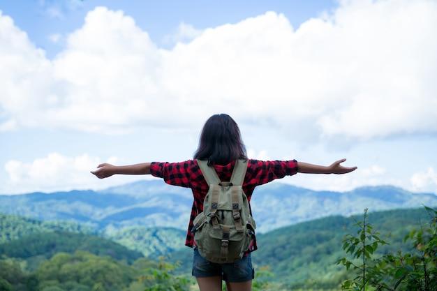 Reisende, junge frauen, schauen sich die erstaunlichen berge und wälder an, lassen sich von reiselust inspirieren, Kostenlose Fotos