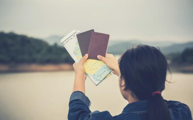 Reisende menschen konzept. hand zeigt den pass am himmel Premium Fotos