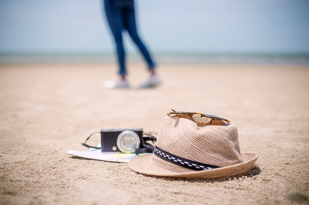 Reisende menschen konzept. junges glückliches asiatisches gril am strand Premium Fotos