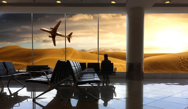 Reisender, der auf flug am flughafen wartet Premium Fotos