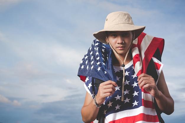 Reisender, der eine flagge vor himmelsansicht hält Kostenlose Fotos