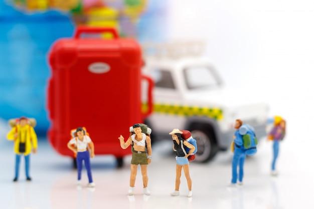 Reisender, der mit kugel und tasche steht. Premium Fotos