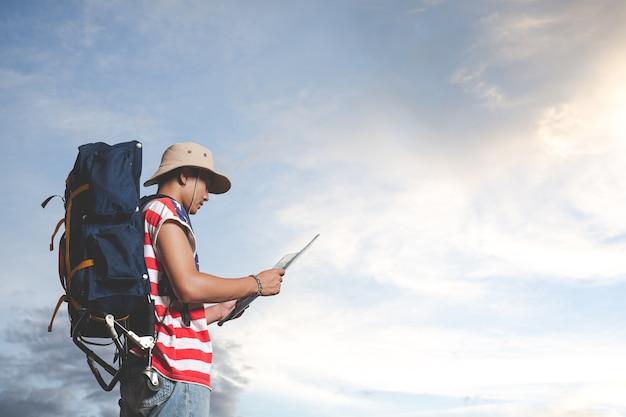 Reisender, der vor himmelansicht steht Kostenlose Fotos