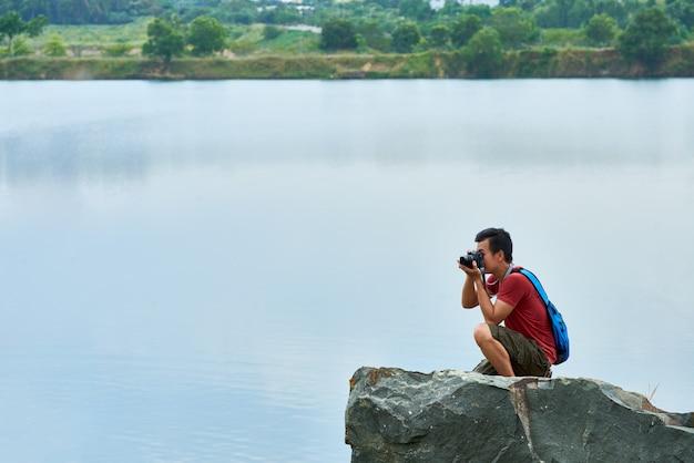Reisender fotograf in einer naturlandschaft Kostenlose Fotos