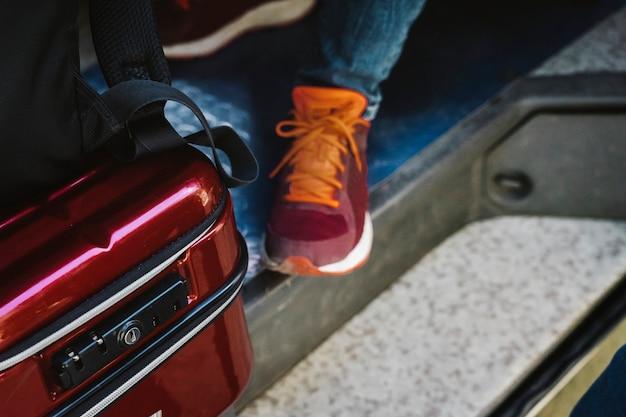 Reisender in einem van road trip-konzept Premium Fotos