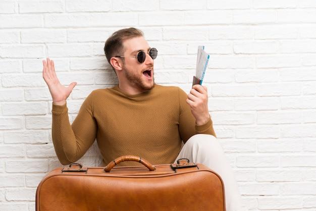 Reisender mann mit koffer und bordkarte Premium Fotos