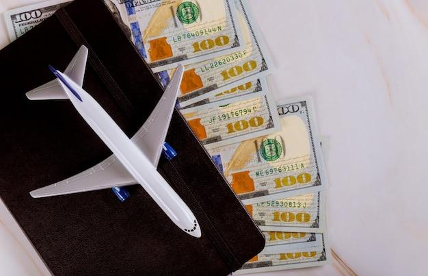 Reisendes konzept für vorbereitungsflugzeug, flaches lagennotizbuch mit reisedesign Premium Fotos