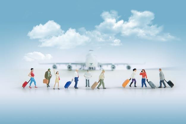 Reisendes konzept mit gruppe reisenden in der miniatur Kostenlose Fotos