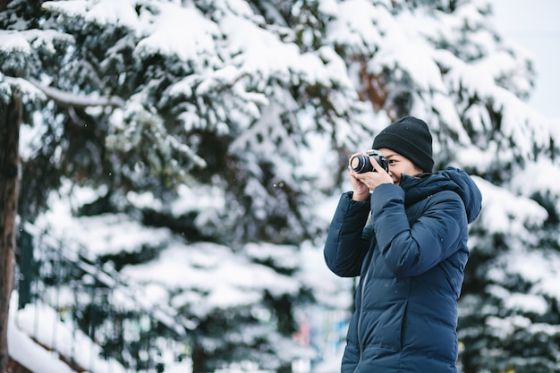Reisendfrau in der wintersaison Premium Fotos