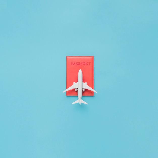 Reisepass im roten etui und spielzeugflugzeug Kostenlose Fotos