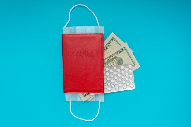 Reisepass mit medizinischer maske und us-dollar-banknoten. veranschaulicht die coronavirus-quarantäne und geschlossene ränder Premium Fotos