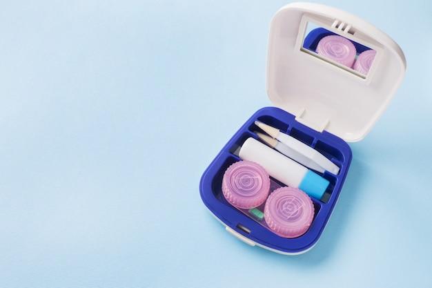 Reiseset für kontaktlinsen, pinzetten und behälter für feuchtigkeitslösung und tropfen Premium Fotos
