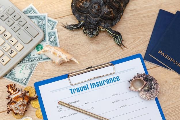 Reiseversicherung und redeared turtle Premium Fotos