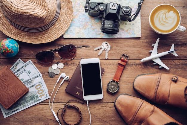 Reisezubehör kostüme. reisepässe, gepäck, die kosten für reisekarten, die für die reise vorbereitet wurden Premium Fotos