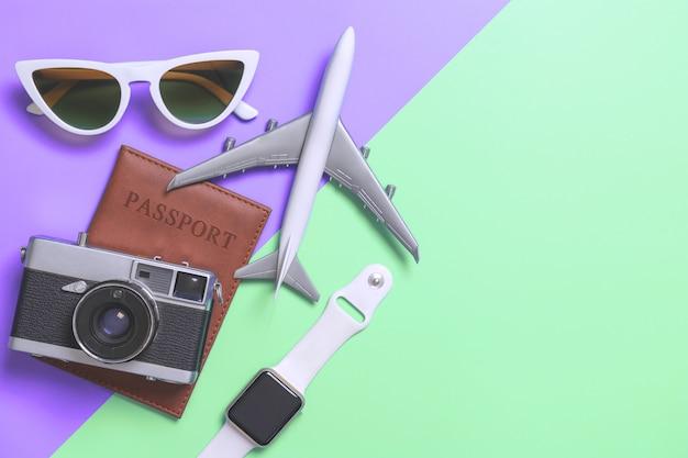 Reisezubehör objekte und gadgets draufsicht flatlay auf lila und türkis Premium Fotos