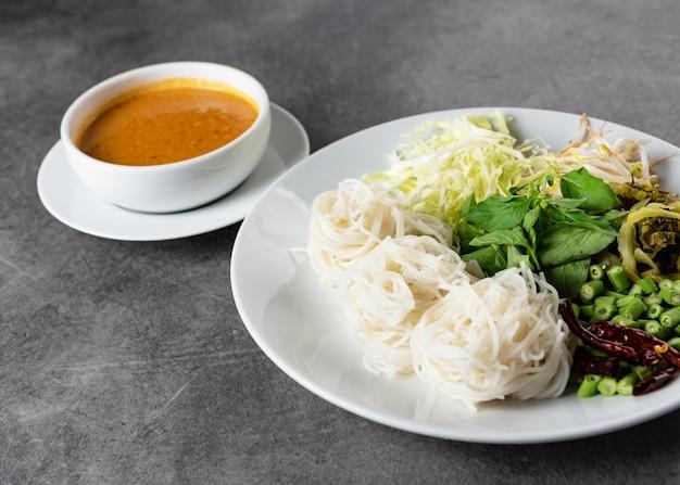 Reisnudeln mit fisch-currysauce, serviert mit gemüse, kanom jeen nam ya traditionelle thailändische küche Premium Fotos