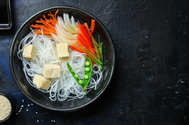 Reisnudeln pho suppe glasnudel asiatische fadennudeln Premium Fotos