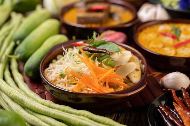 Reisnudeln, rotes curry mit fleischbällchen, mit getrockneten chilis, basilikum, gurke und langen bohnen Kostenlose Fotos