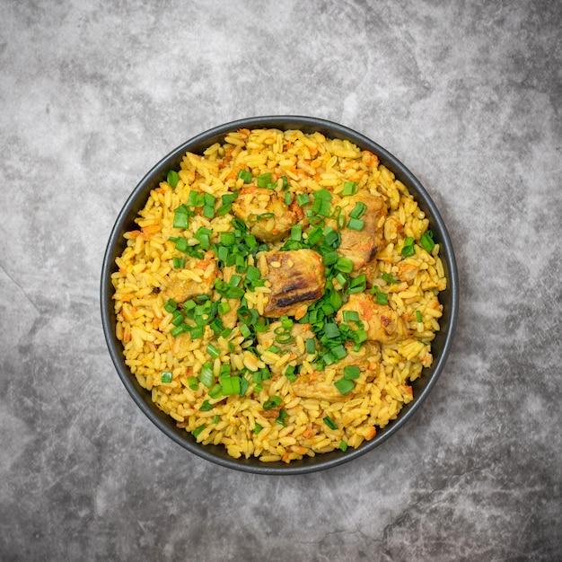 Reispilaf mit fleischkarotte und zwiebel auf grauem hintergrund. draufsicht Premium Fotos