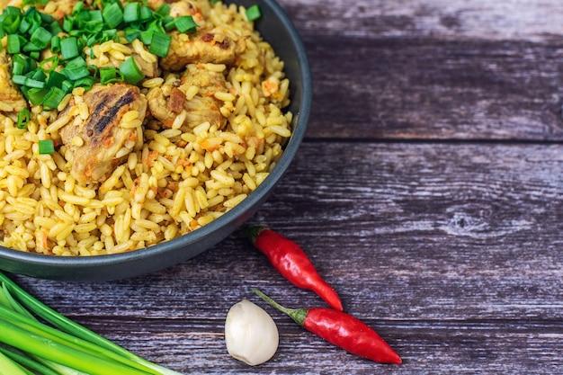 Reispilaf mit fleischkarotte und zwiebel auf holz. Premium Fotos