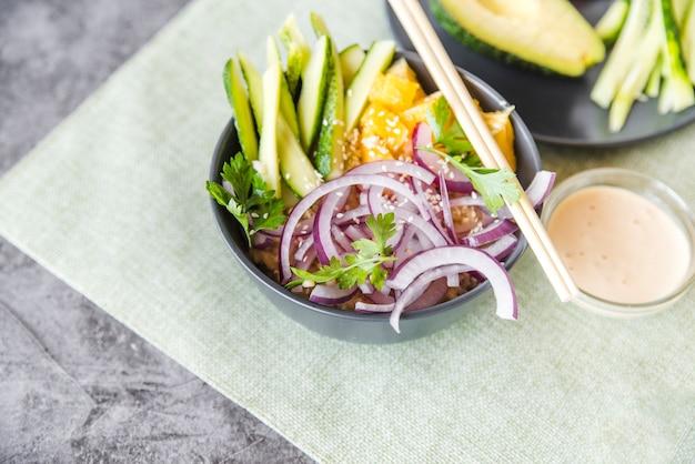 Reisschüssel mit gemüse und früchten Kostenlose Fotos