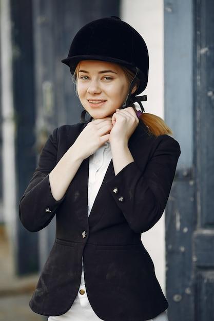 Reiter in einer sportuniform auf einer rancho Kostenlose Fotos