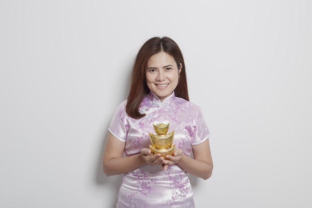 Reizend asiatische frau in den kleidern des traditionellen chinesen Premium Fotos