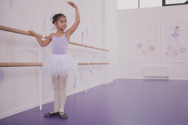 Reizend ballerina des jungen mädchens, die an der tanzschule trainiert Premium Fotos