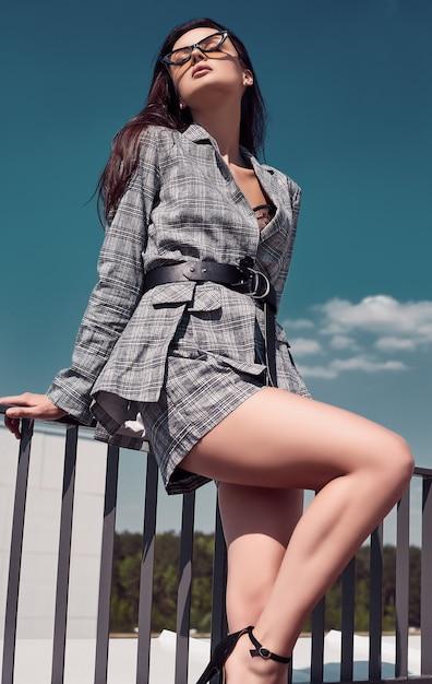 Reizend heller brunette, der woolen karierten anzug trägt Premium Fotos