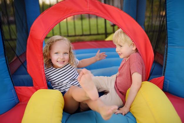 Reizend kleiner junge und mädchen, die spaß im freizeitzentrum für kinder hat. Premium Fotos