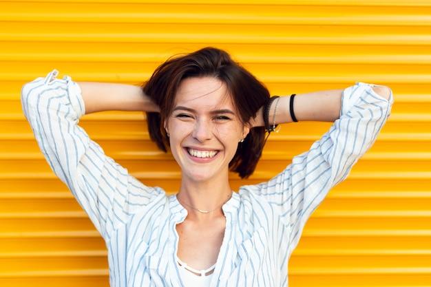 Reizend smiley-frauenaufstellung der vorderansicht Kostenlose Fotos