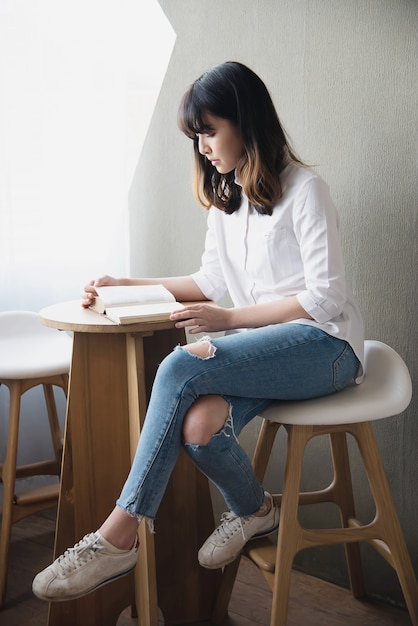 Reizende asiatische junge dame portriat - glückliches frauenlebensstilkonzept Kostenlose Fotos