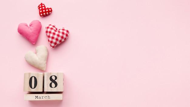 Reizende herzen auf rosa hintergrund mit am 8. märz beschriftungs- und kopienraum Kostenlose Fotos