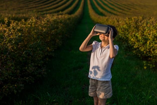 Reizender kleiner junge, der spaß mit gläsern der virtuellen realität hat Kostenlose Fotos