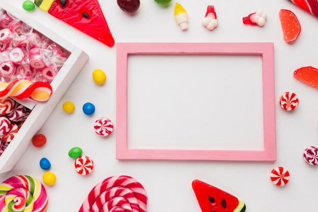 Reizender rahmen mit kopienraum und -süßigkeiten Kostenlose Fotos